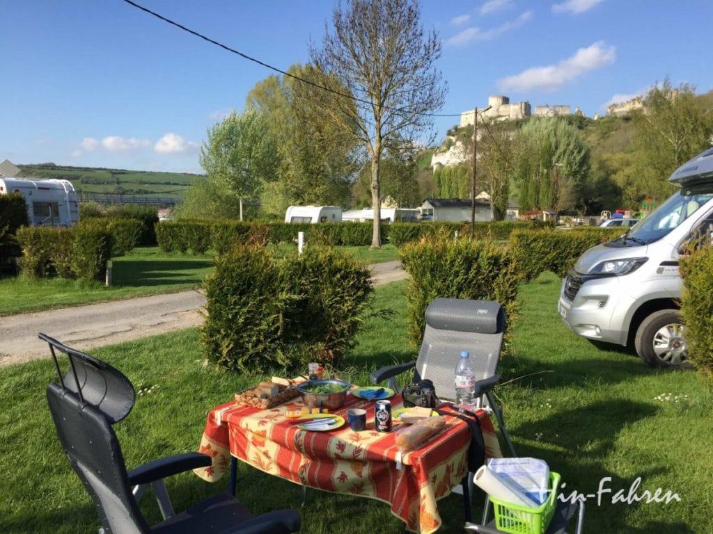 Rundreise Wohnmobil Normandie: Wohnmobil auf dem Campingplatz zwischen Seine und Burg