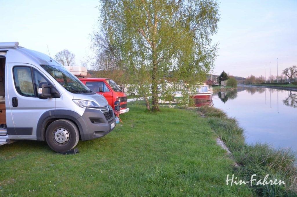 Mit dem Wohnmobil in die Normandie: Wohnmobile am Kanal auf einem Wohnmobilstellplatz unterwegs in Frankreich