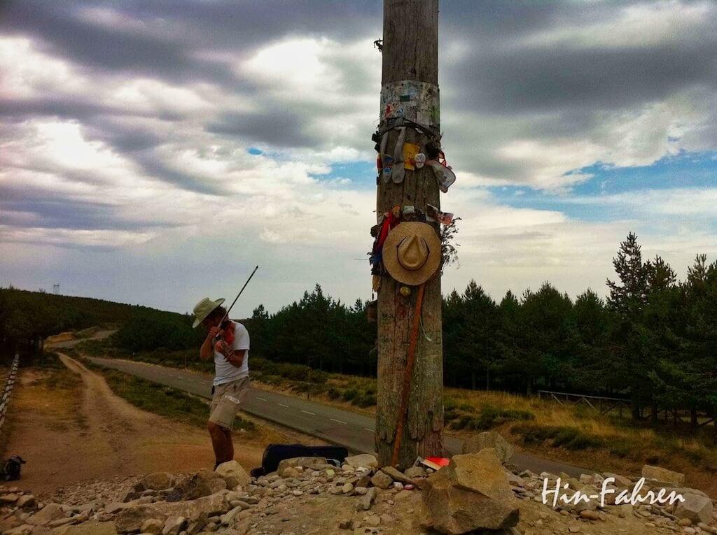 Begegnung auf dem Jakobsweg in Spanien #Pilgerweg #Geigenspieler #Cruz de ferro