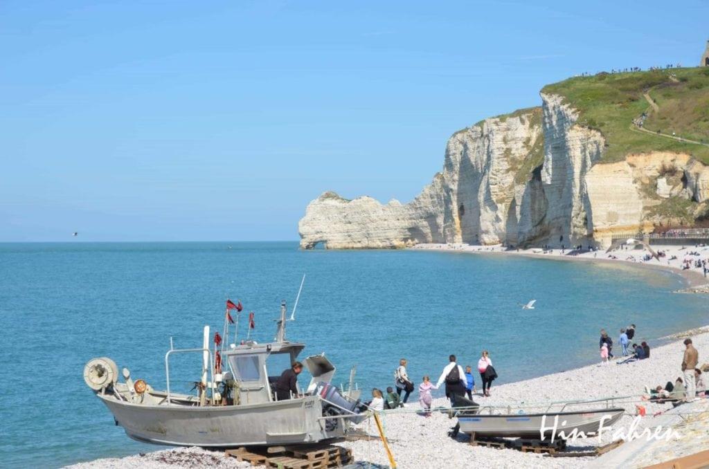 Am Strand von Étretat liegen Fischerboote #Fischer #Normandie