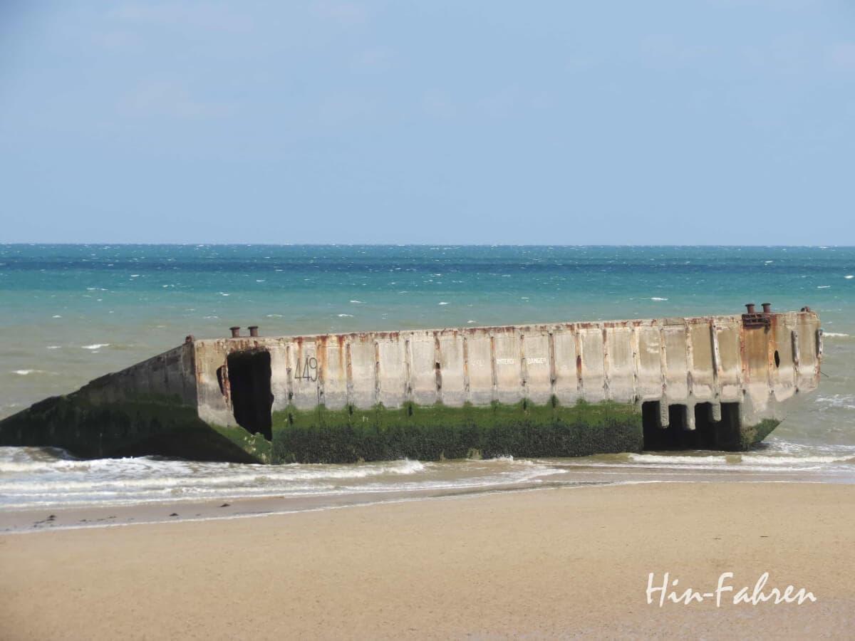 Reste des künstlichen Hafens der Landungsstrände am Strand