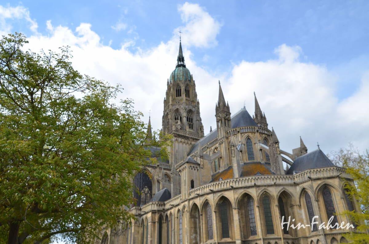 Normandie mit Wohnmobil: Die Kathedrale von Bayeux liegt am Rand der Altstadt