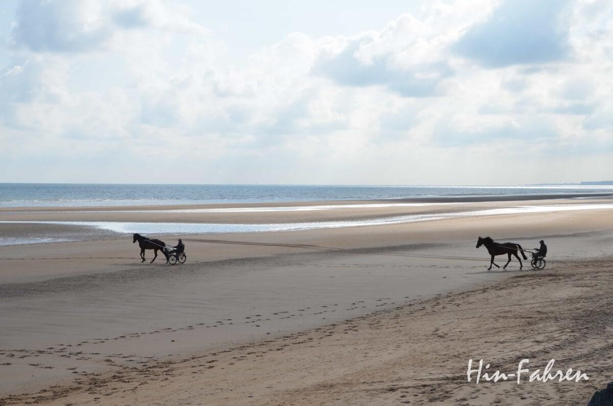 Normandie: Trabrennfahrer am Strand von Omaha Beach