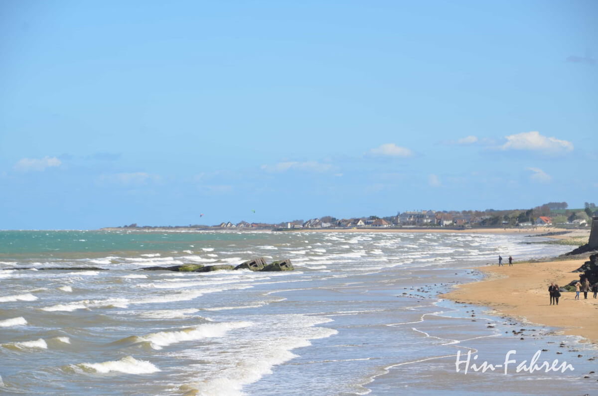 Unterwegs in der Normandie: Stürmische See, Strand und Seebad an der Küste der Landungsstrände