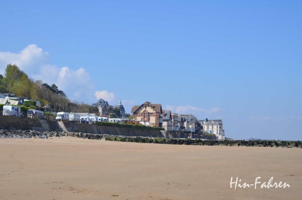 Normandie Rundreise: Wohnmobile und Caravans auf dem Campingplatz am Strand von Houlgate