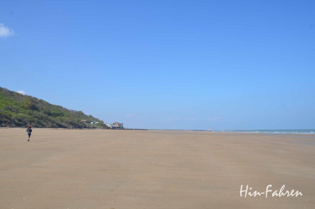 Himmel, viel Strand, eine Joggerin und weit entfernt das Meer #Blumenküste #Normandie