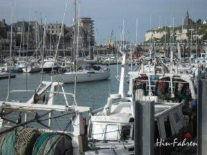 Rundreise Wohnmobil Normandie: Segelschiffe und Fischerboote im malerischen Hafen von Dieppe