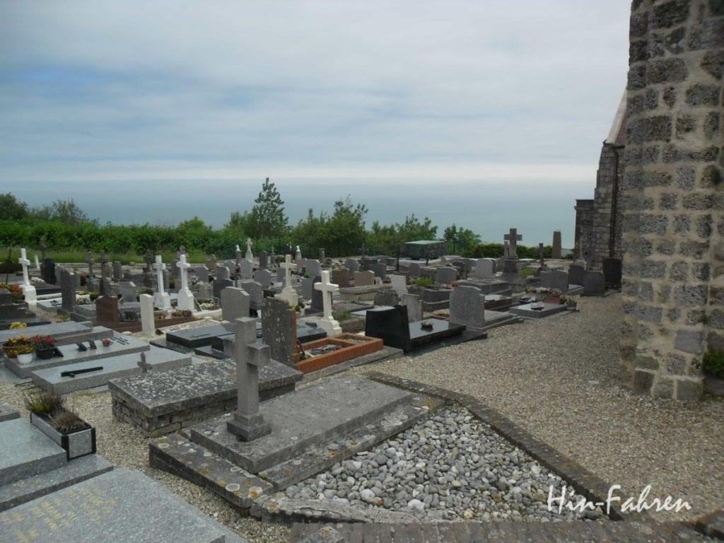 Rundreise Normandie Wohnmobil: Blick vom Friedhof auf die Alabasterküste #Normandie #Küste