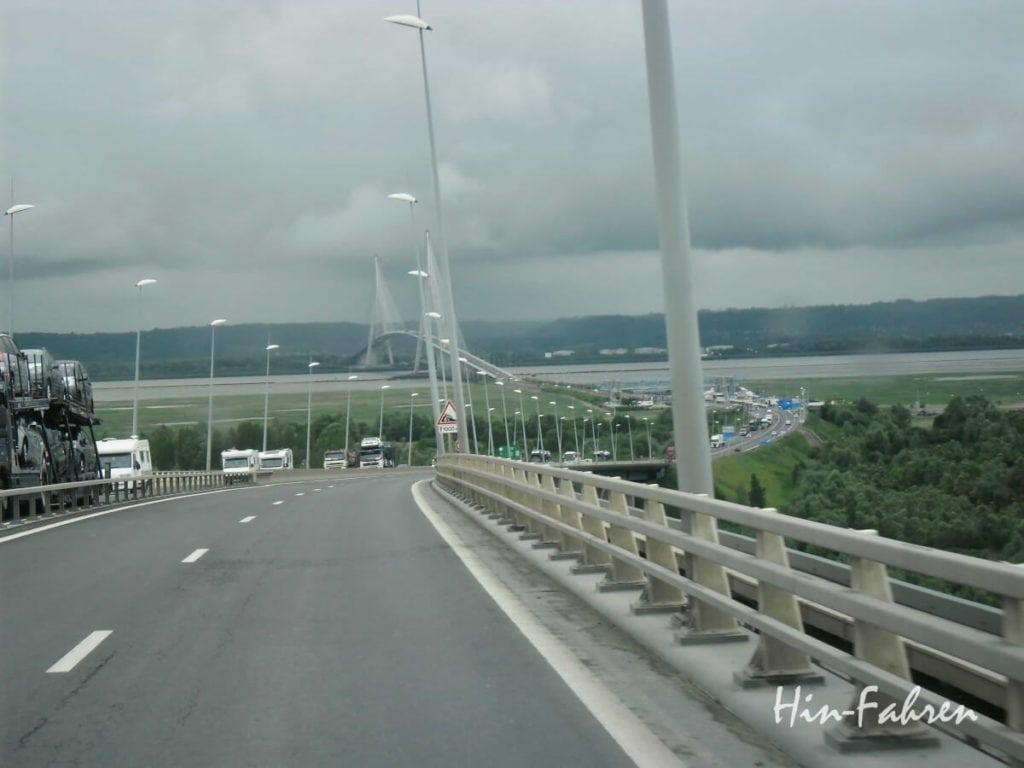 Unterwegs mit Wohnmobil in der Normandie: Die Brücke über die Seine windet sich