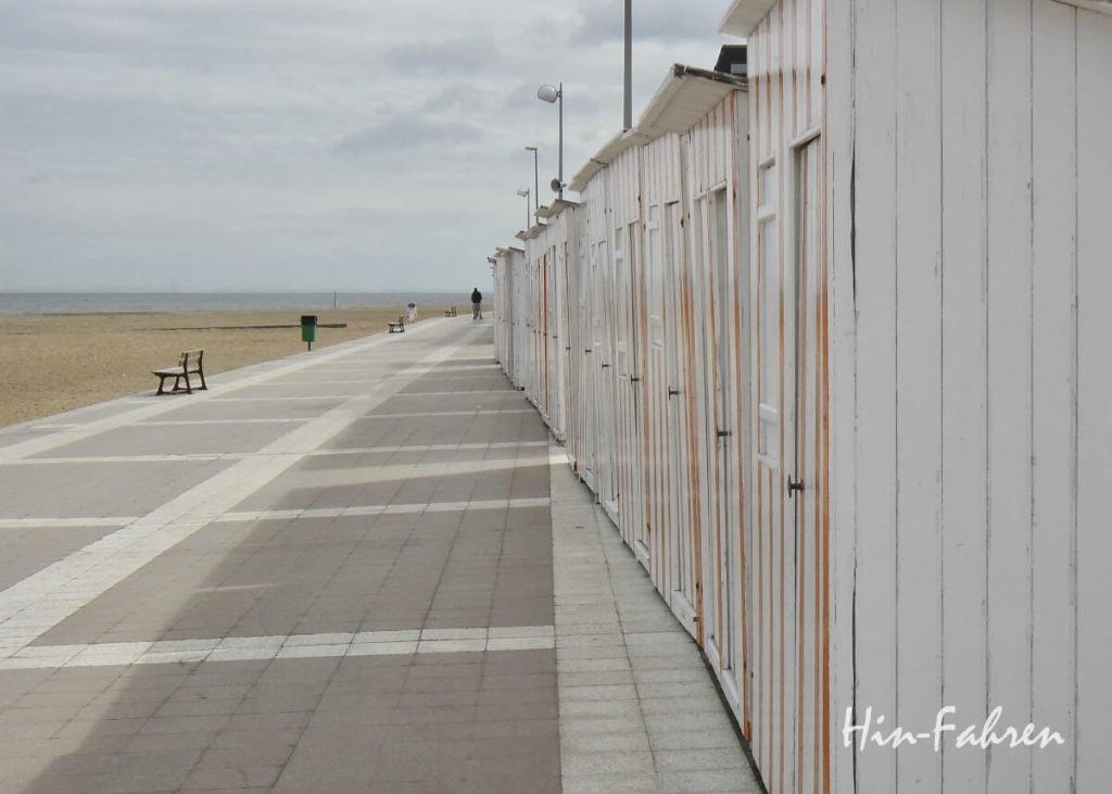 Umkleidekabinen am Strand in Houlgate, dem Seebad an der Blumenküste der Normandie