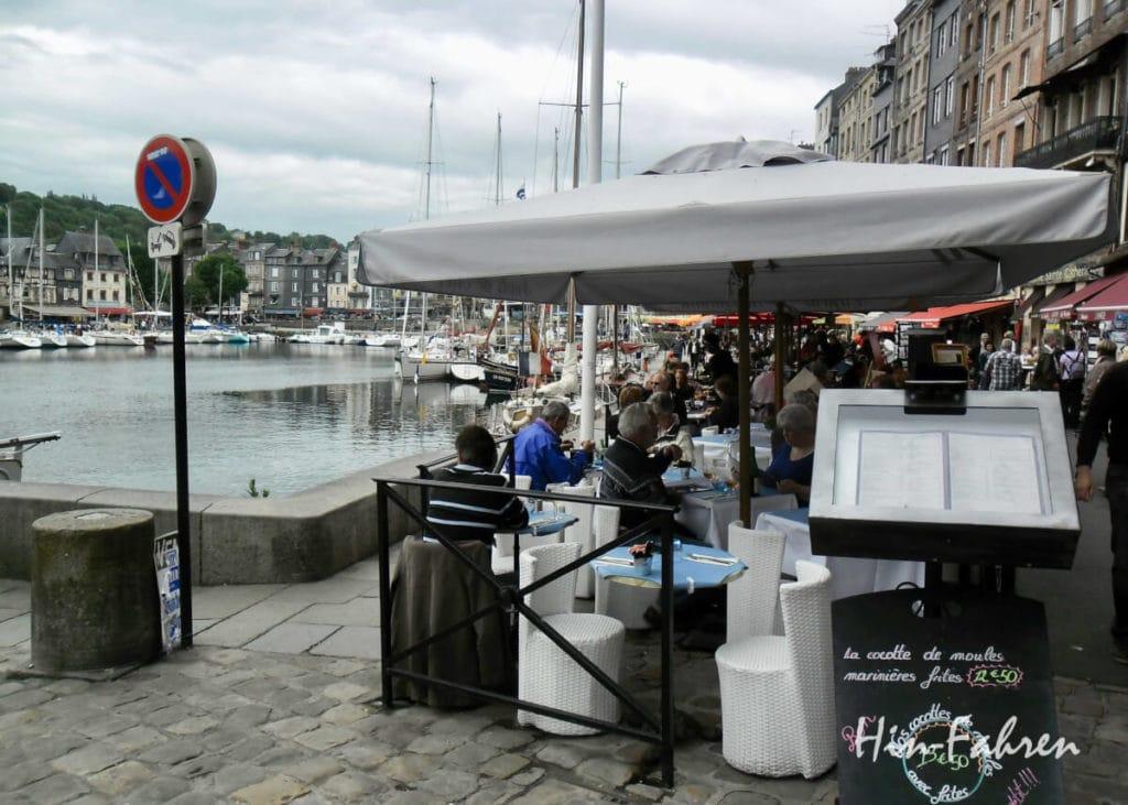 Normandie: Auch im April wird in Honfleur bereits draußen gegessen