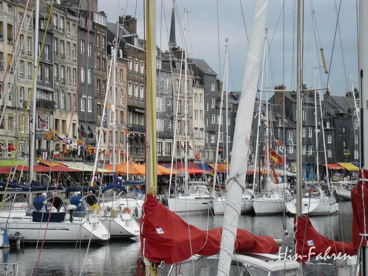 Normandie mit Wohnmobil: Hafenbecken in Honfleur mit Segelbooten