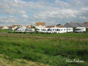 Wohnmobiltour Normandie: Wohnmobile auf dem Stellplatz an der Alabasterküste