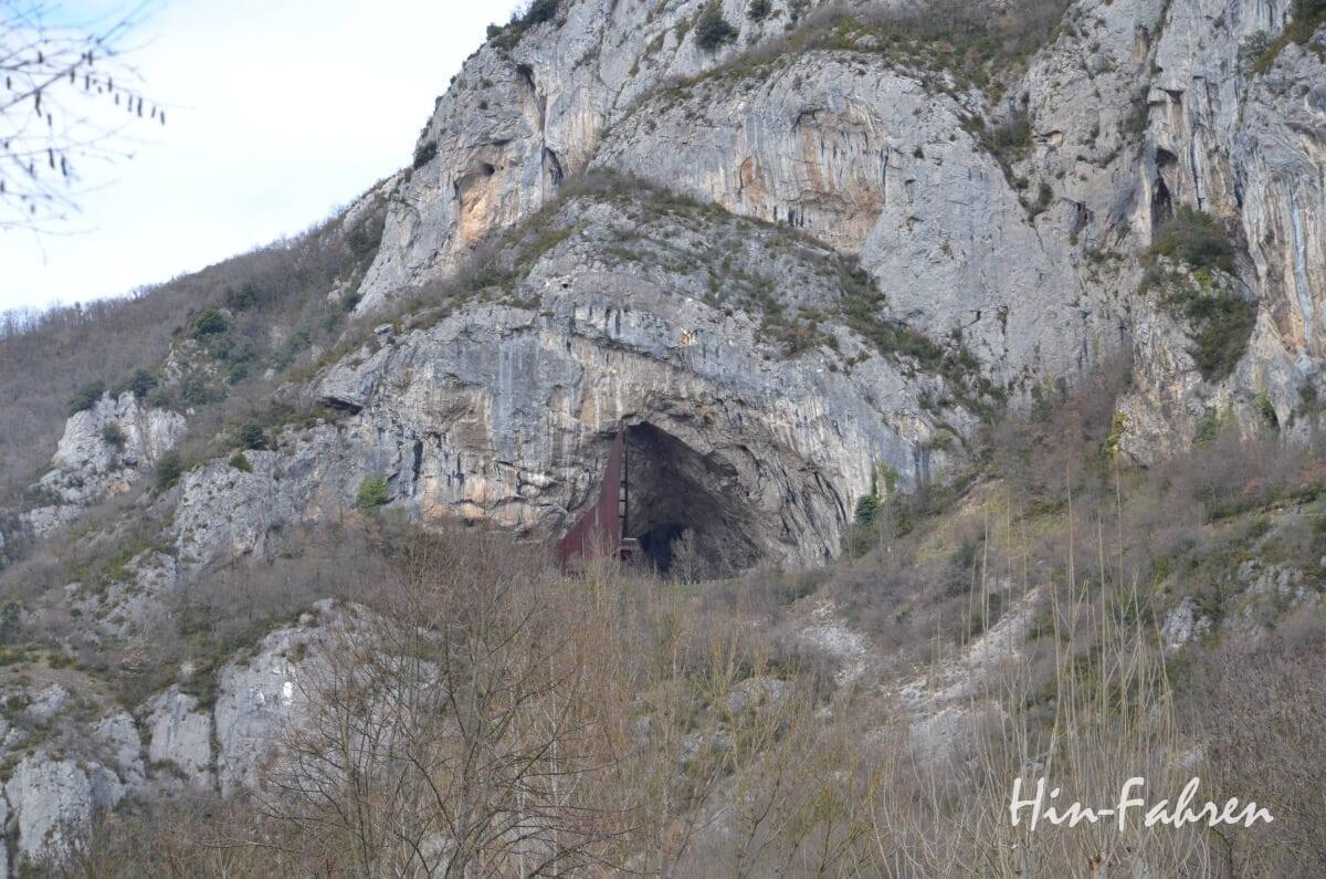 Das große Abri am neuen Höhleneingang der Grotte de Niaux ist gut zu erkennen.