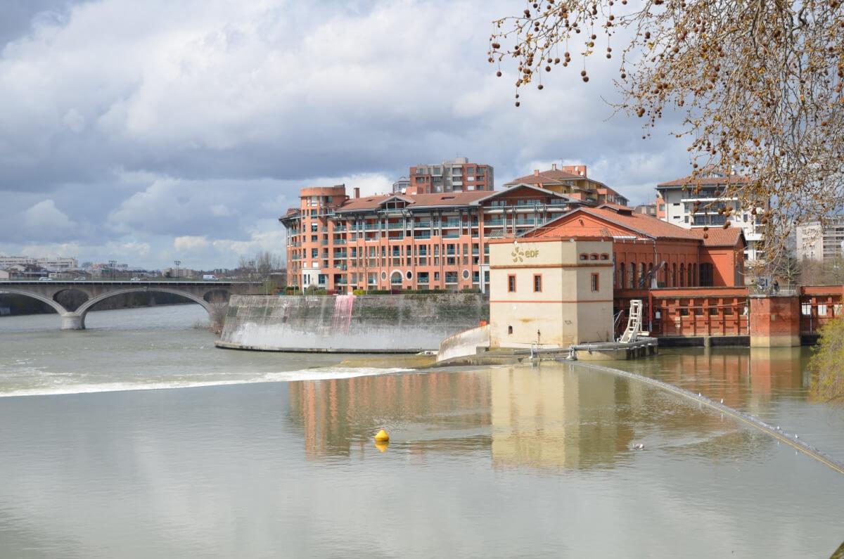 Blick auf die Stromschnellen der Garonne und das historische Wasserkraftwerk