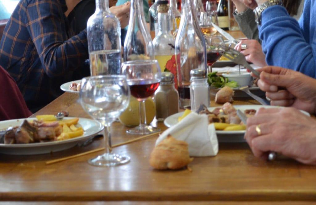 Auf die Tische über den Markthallen kommen Köstlichkeiten aus regionalen Produkten