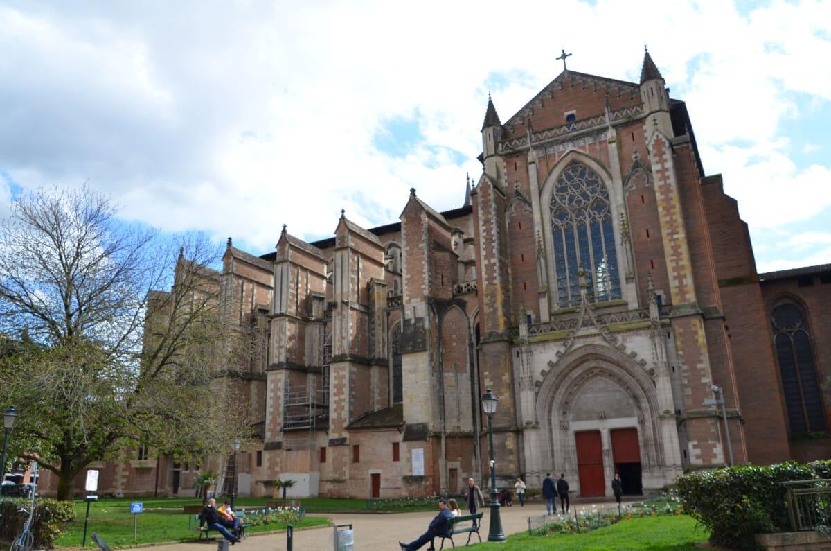 Blick von der Seite auf die gotische Kathedrale von Toulouse