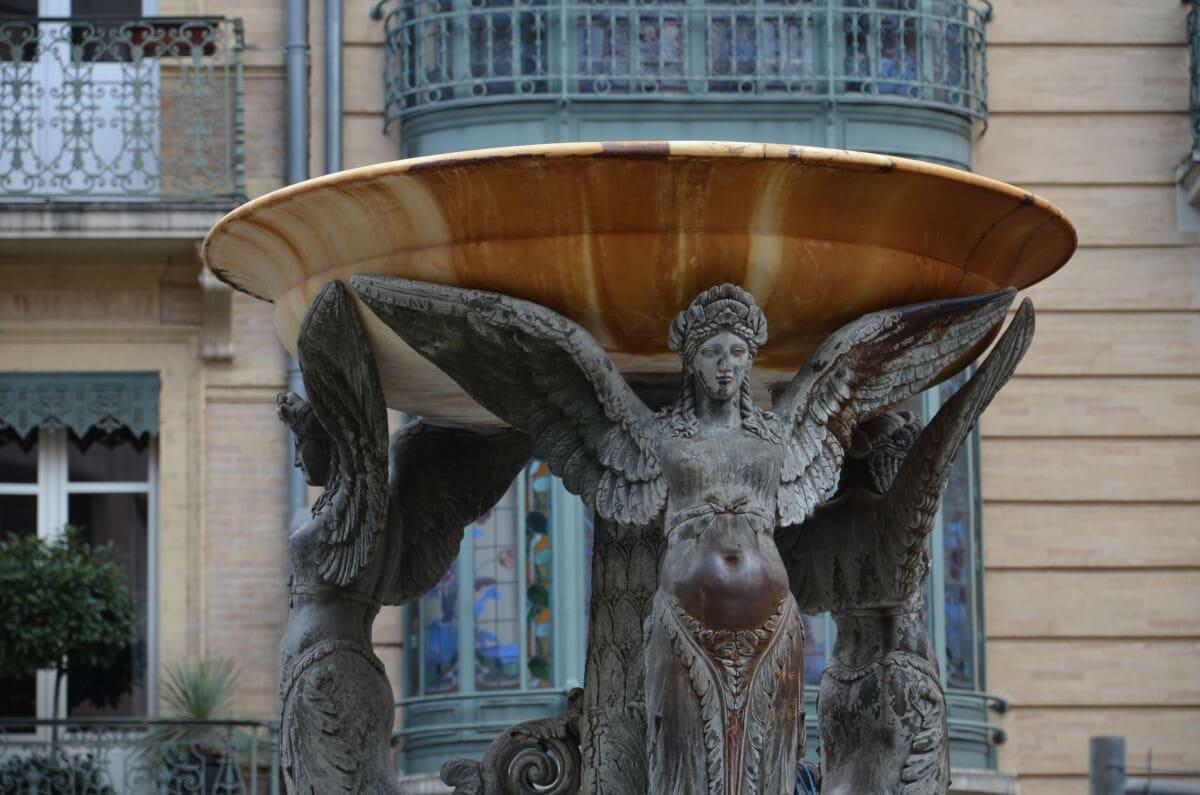 Jugendstil: Brunnen, enster und Balkone an einem der Plätze in der Innenstadt
