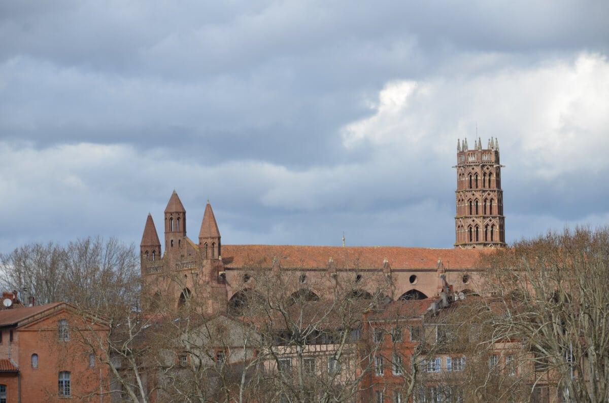 Das Kirchengebäude und der Turm des Couvent des Jacobins ragen hoch über die Dächer
