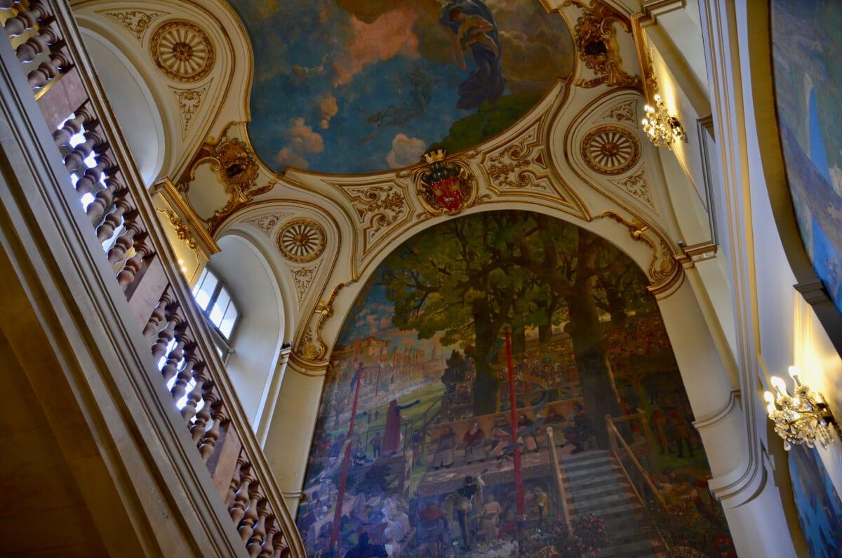 Große Wandgemälde im Treppenhaus des Capitole