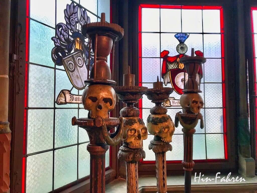 Vier hohe Kerzenleuchter mit Totenköpfen im Museum in Haguenau