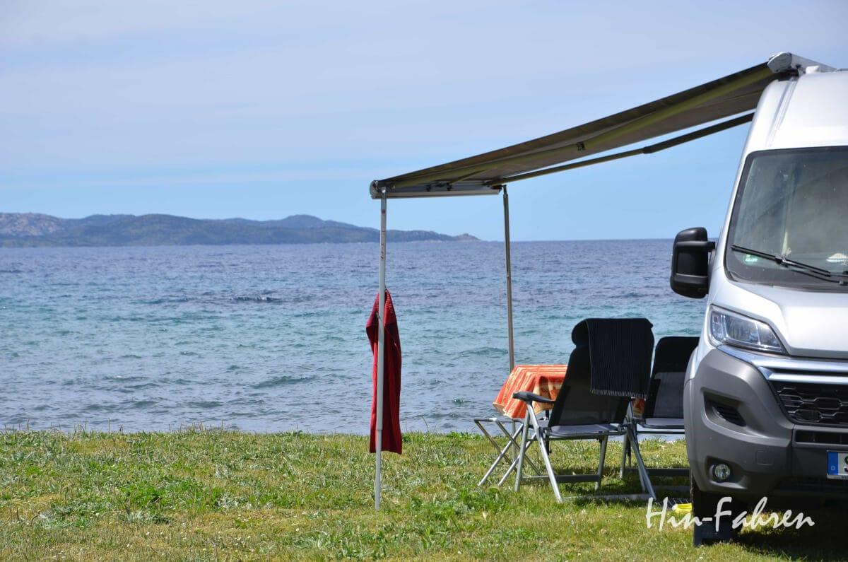 Pössl Kastenwagen steht direkt am Meer