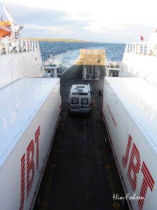 Kastenwagen zwischen Lastern auf der Fähre