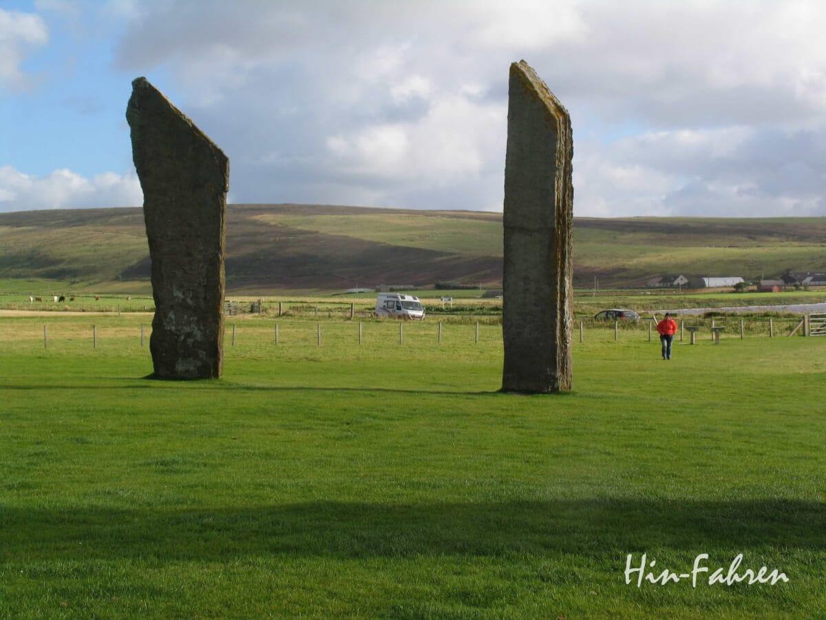 Stehende Steine Vorne, im Hintergrund der Kastenwagen