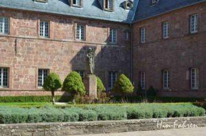 Auch im Mittelpunkt des Klosters steht eine Odilienstatue