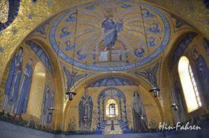 Goldene Moasiken über dem Altar in der Tränenkapelle
