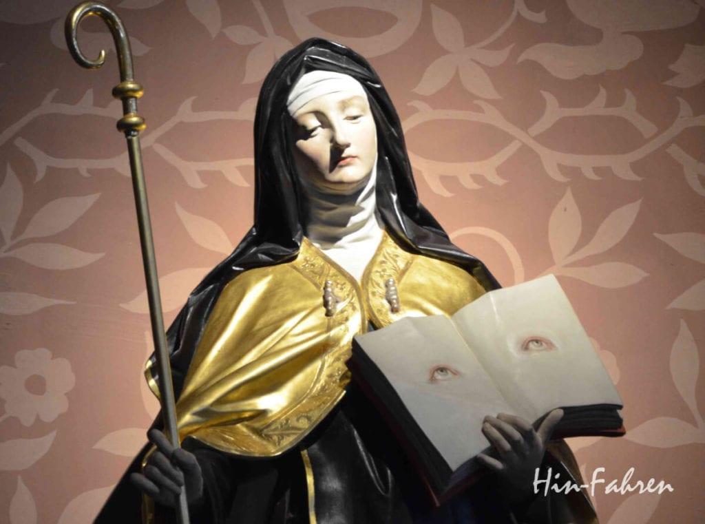 Die heilige Odilia mit ihren Zeichen in der Kirche auf dem Odilienberg