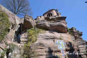 Kreuzwegszene und hoch oben das Kloster