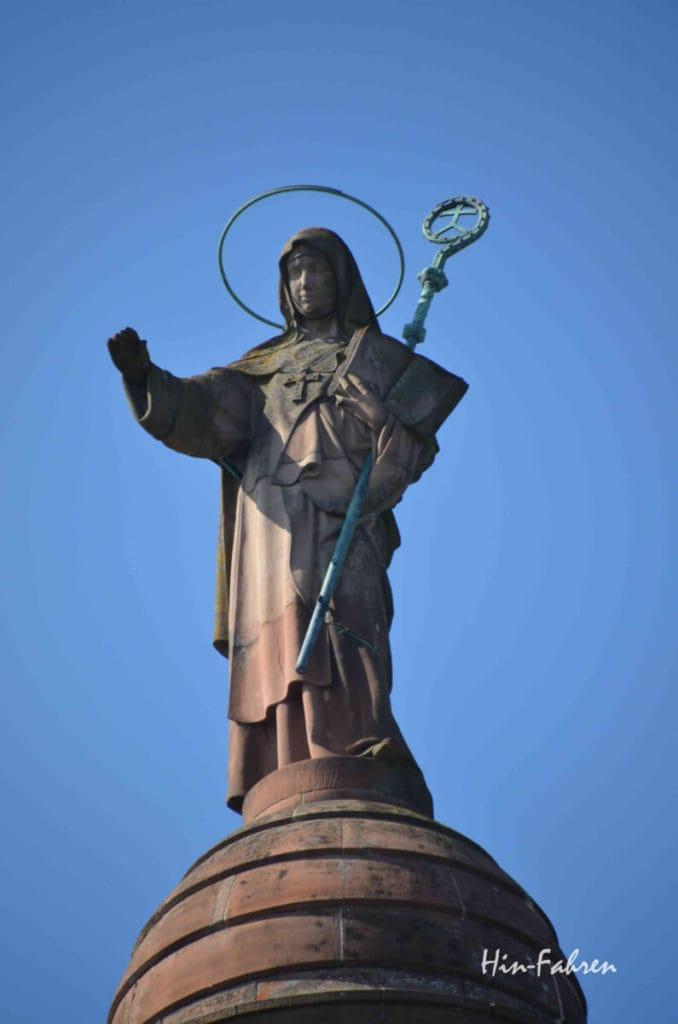 Hoch über dem Odilienberg steht die Statue der Odilia