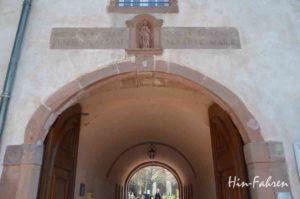 Über dem Eingang des Klosters grüßt Odilia
