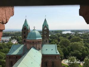Von Oben sehen wir das Dach, die Türme, den Dompark und den Rhein