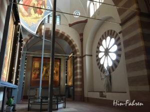 Blick in den Kaisersaal mit Fresken und Rosetten