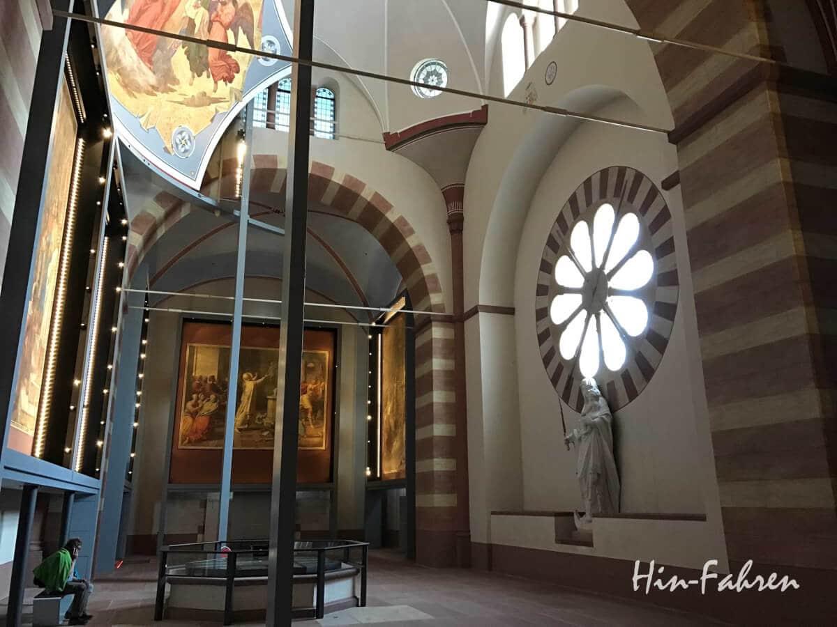 Blick in den Kaisersaal im Speyerer Dom mit Fresken und Rosetten