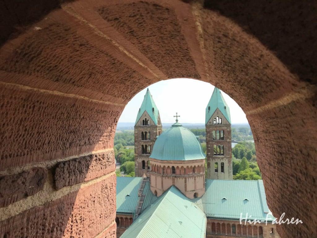 Blick durch ein Fenster auf die Westtürme, die Kuppel und das Dach