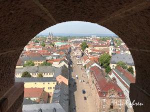 Die Speyrer Hauptstraße durch ein Turmfenster