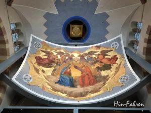 Auf dem Fresko krönt Jesus seine Mutter Maria