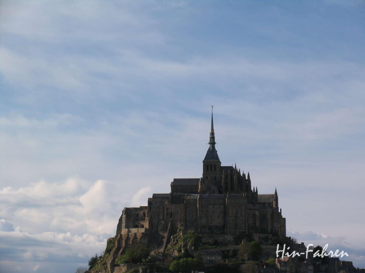 Der Mont-Saint-Michel - Wahrzeichen der Normandie _ ragt hoch über das Meer hinaus