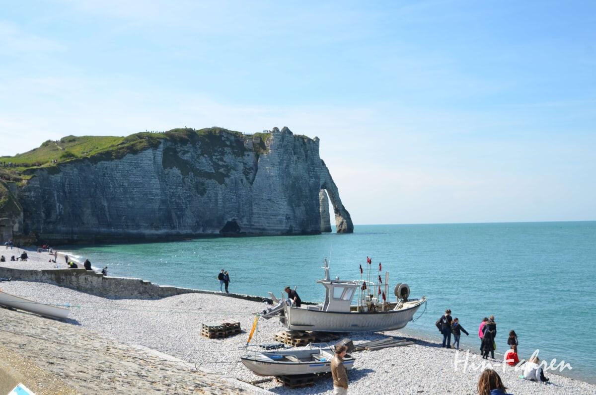 Felsformation, Steilküste, Fischerbootem Strand und Meer in Etretat #Wohnmobil #Normandie