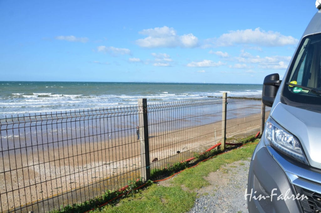 Der Kastenwagen steht direkt am Meer