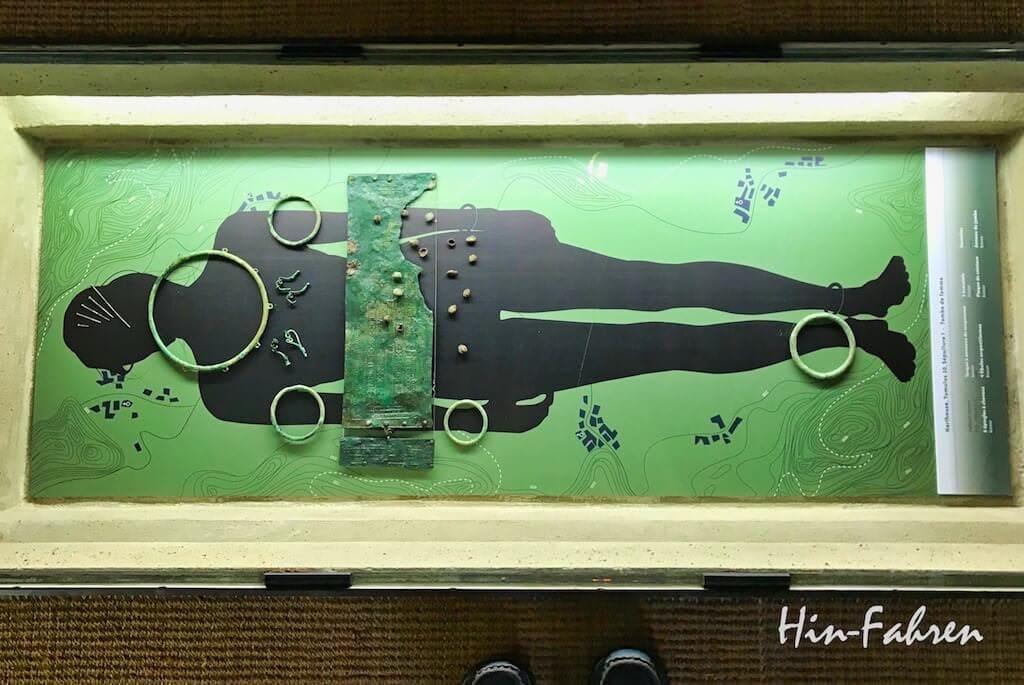 Die Grabfunde aus der Hallstattzeit sind im Museum in Haguenau in einer Bodenvitrine ausgestellt