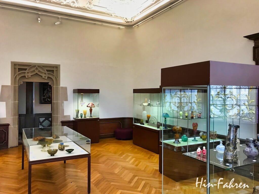 Präsentation der Sammlung historischer Gläser im Museum Haguenau im Elsass
