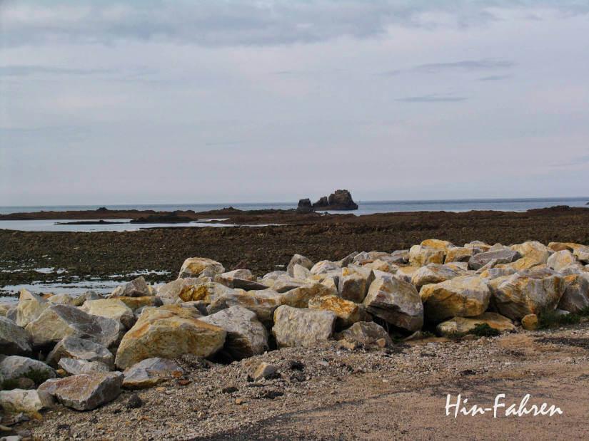 Reisebericht: Blick auf die felsige Küste der Normandie an einem Wohnmobil-Übernachtungsplatz