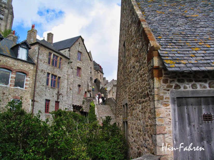 Granithäuser und Treppe auf dem Mont-Saint-Michel, dem Ziel unserer Wohnmobil Rundreise durch die Normandie