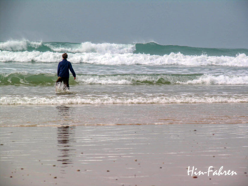 Tolle Zeit am Strand: Junge und hohe Wellen an der Westküste der Normandie