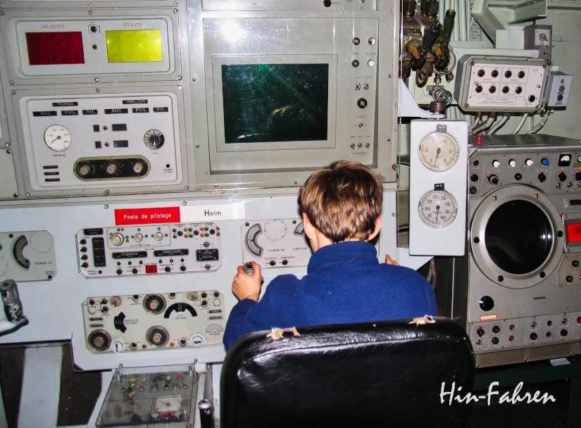 Highlight Normandie-Urlaub mit Wohnmobil auf dem Cotentin: Junge hat das Steuer des Atom-U-Boots übernommen