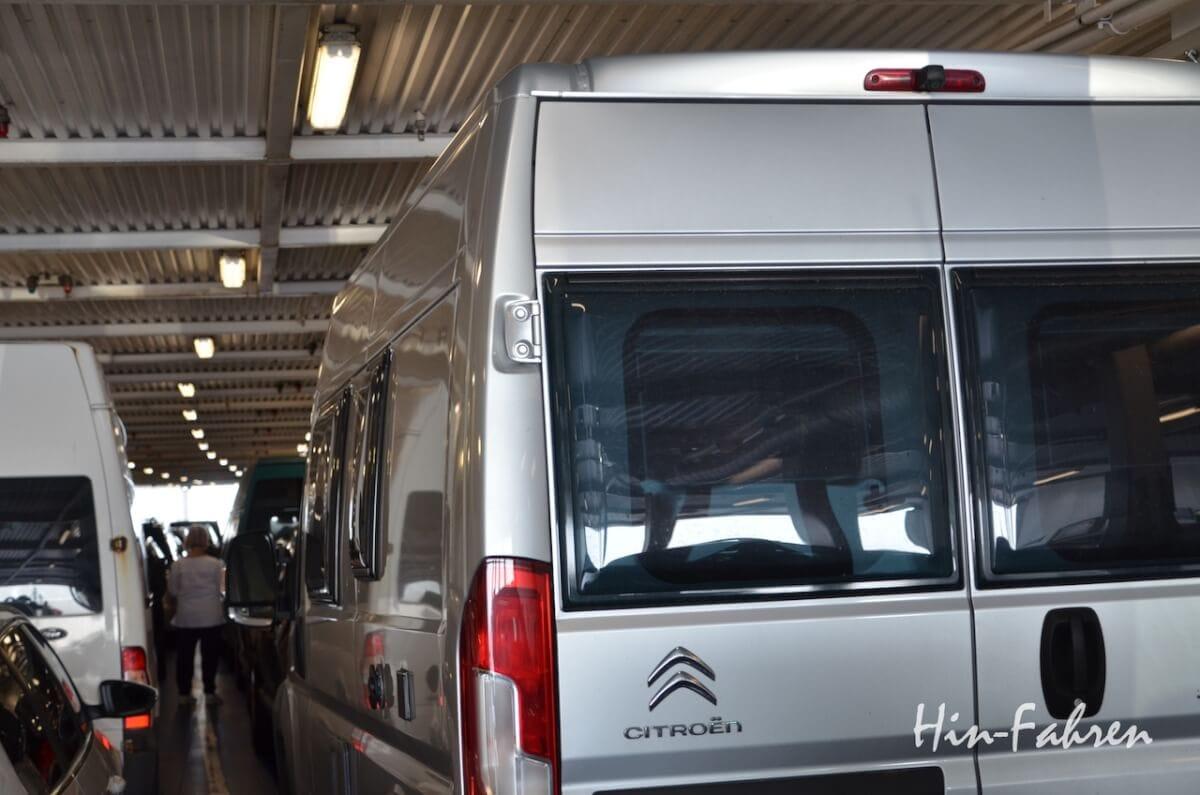 Das Wohnmobil auf dem Autodeck der Fähre nach Dänemark